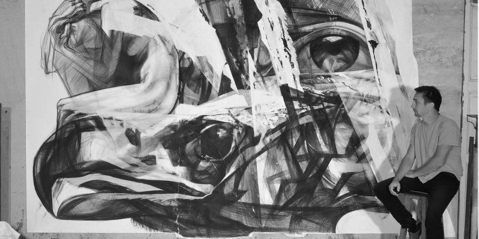 Микола Молчан на фоні роботи з циклу «Вершники апокаліпсису», 2019.Фото надане М.Молчаном (1)