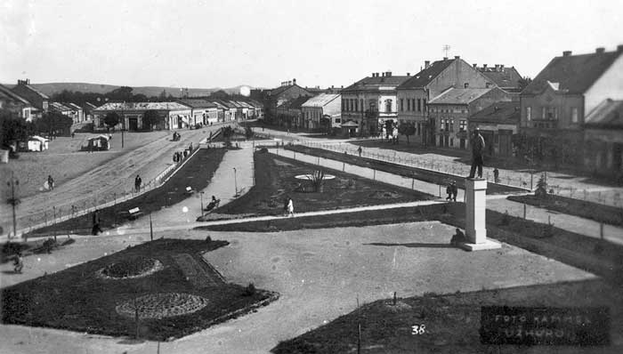 Площа Масарика з пам'ятником Масарику. З сайту Old Unvar